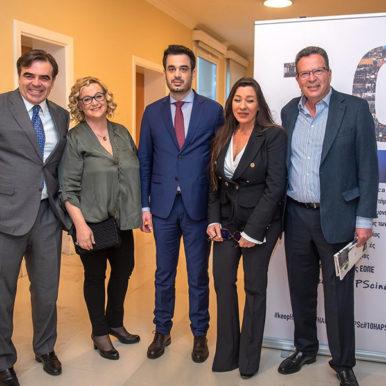 """Σχοινιάς Μαργαρίτης, εκπρόσωπος τύπου της Ευρωπαϊκής επιτροπής, Δρ. Παρή Ράπτη στην εκδήλωση """"Ευρωεκλογές σε μια Ευρώπη που αλλάζει""""."""