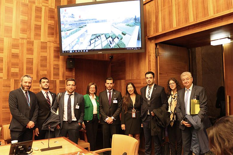 Παρή Ράπτη - Aνάμεσα στους εκπροσώπους του ΕΟΠΕ, σε ομιλία στον ΟΗΕ.